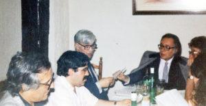 Raúl del Pozo, José Vicente Ávila, Meliano Peraile, Francisco Umbral y César Alonso de los Ríos, debatiendo. / Teresa Grande. Archivo de José Vicente Ávila.