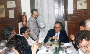Joaquín Racionero sirve la cena al jurado. Umbral pidió una botella de vino y una manzana. / Teresa Grande. Archivo de José Vicente Ávila