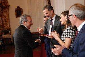 José Luis Perales recibe la Medalla de manos del Rey Felipe VI. Foto. Casa Real.