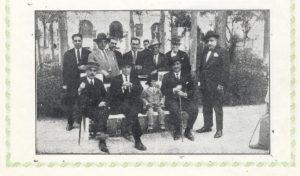 El Tío Corujo, primero sentado a la izquierda, con sombrero y bastón, junto al alcalde Conversa y el ventrilocuo Balder. Foto Campos / Ilustración Castellana.