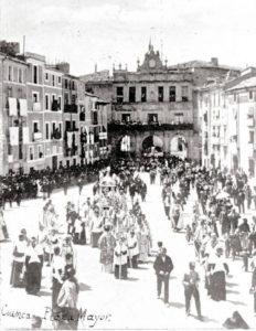 La procesión por la Plaza Mayor hacia 1920.