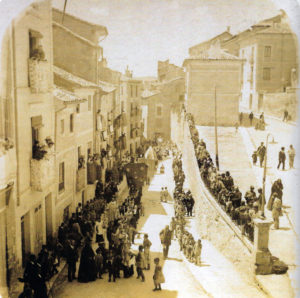 1.Procesión del Corpus por Alfonso VIII, cruce con Zapaterías hacia 1915. Se observan edificios que ya no existen. / Cofradía 2016.