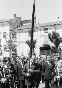 1.Pedro Cerrillo porta el Pendón  de Alfonso VIII en la procesión del Corpus de 1980. / Foto José Luis Pinós.