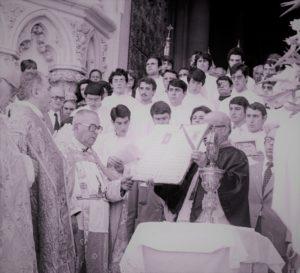 El Corpus de 1980 en la puerta de la Catedral, con Guerra Campos. / Foto Pinós.