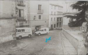 Vehículo accediendo a la calla del Peso por la Pueta de San Juan. / Revista Cuenca, 1988.