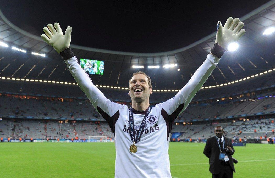 Radost Petra Čecha po triumfu v Lize mistrů v roce 2012 s londýnskou Chelsea •Foto: Profimedia