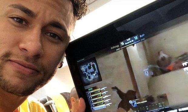 video-fotbalova-hvezda-neymar-zari-nejen-ve-fotbale-ovlada-i-cs-go