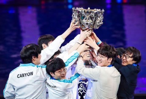 DAMWON s trofejí •Foto: Riot Games