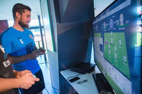 Sparťan Vácha si zkusil FIFU proti progamerovi TottiNhovi. •Foto: Blesk - Martin Sekanina