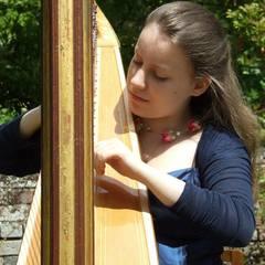 Fien Barnett-Neefs Harpist in the UK