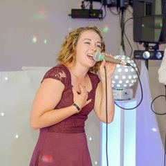 Ellie Antonini Singer in Bedfordshire