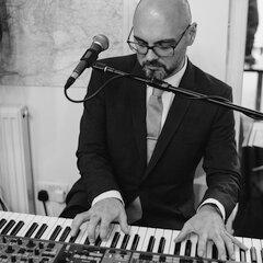 Dan Burnett Singer in Leeds