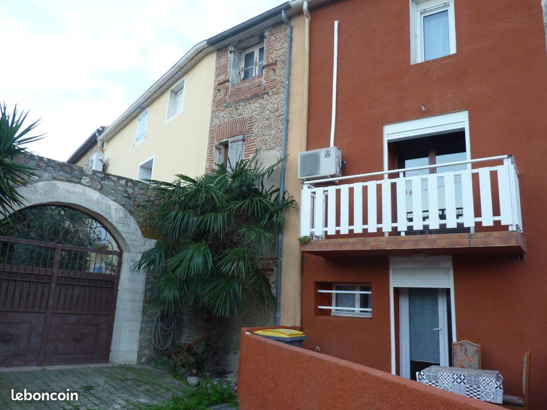 Maison de village cour et balcon