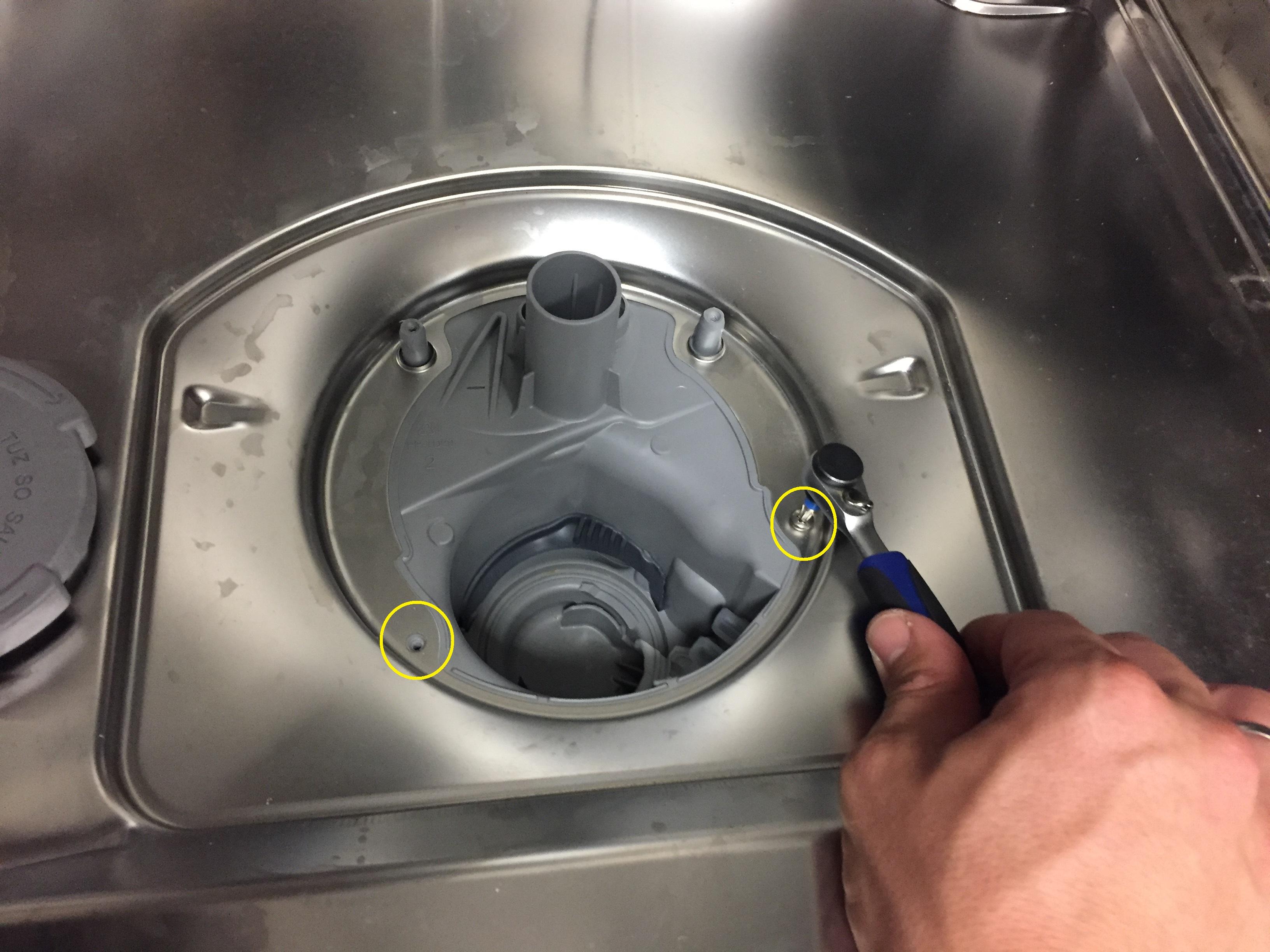 Schrauben am Pumpensumpf lösen