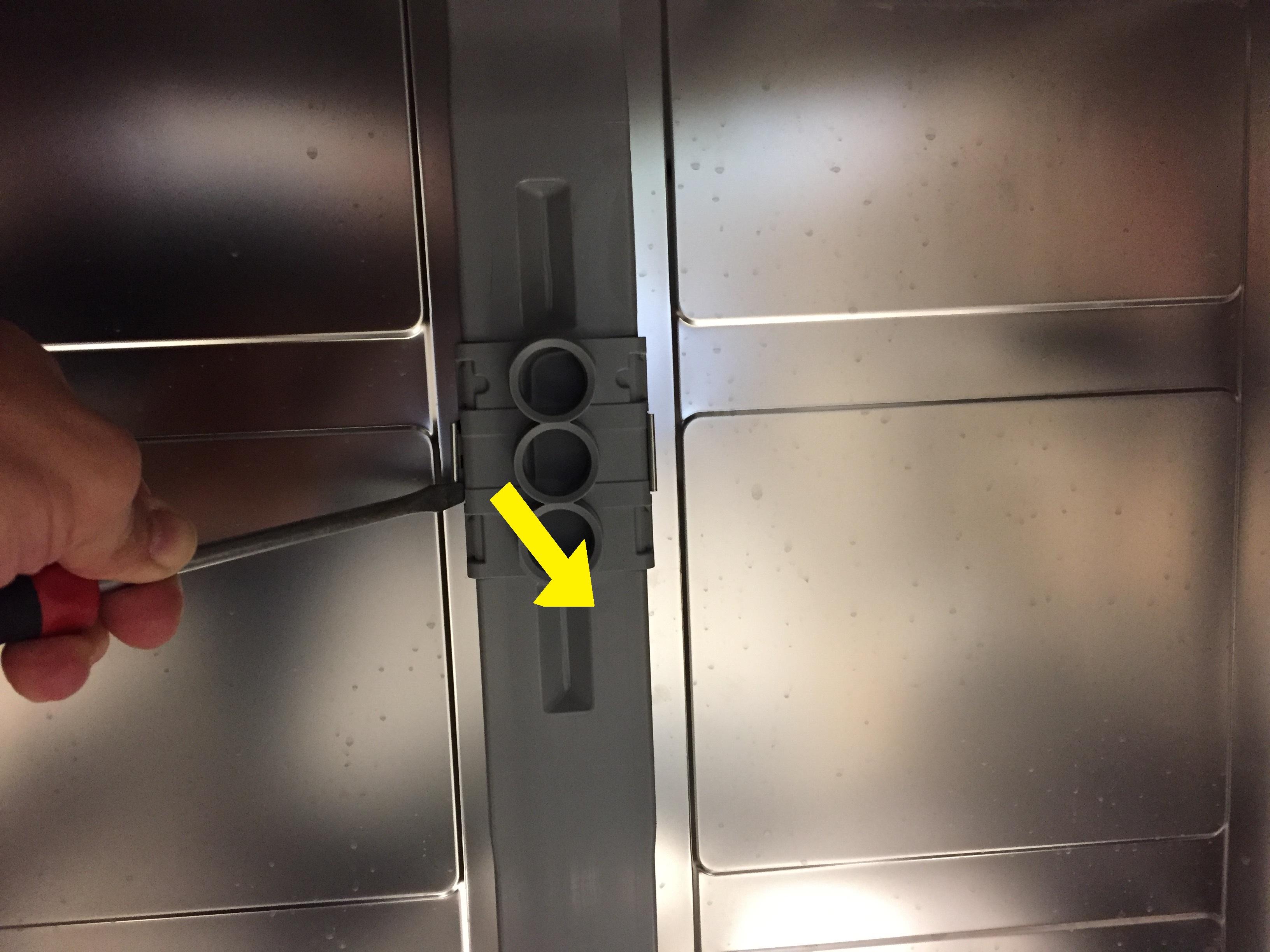Klickvorrichtung des Wasserarms an der Rückseite lösen