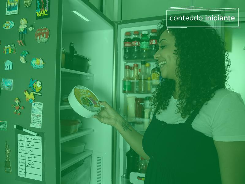 Consumidora consciente pegando produto da geladeira