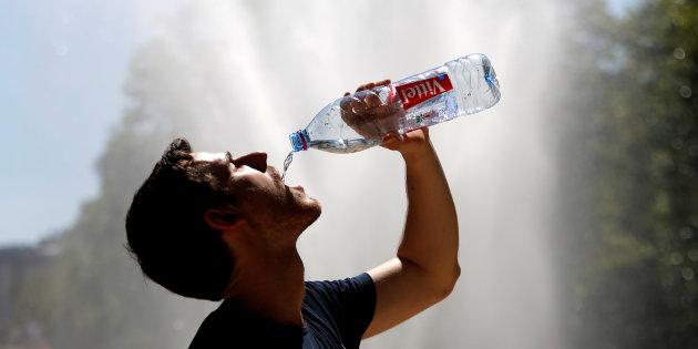 Agua em garrafa de plástico