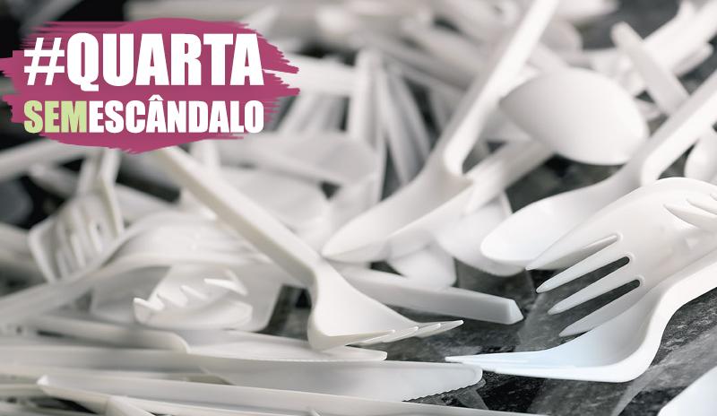 A história de Cláudia e a família de plástico