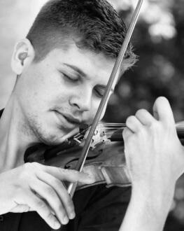 #concertdeacasa Antoniu-Theodor Andreescu, vioară De la Viena, din Salonul de Muzică al artistului, în casele noastre.