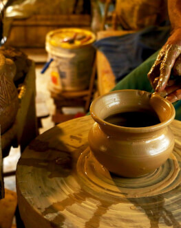 Cazare intr-un castel de poveste si modelare ceramica de Cucuteni
