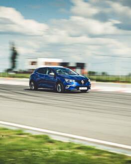 Experimenteaza masini de viteza pe o pista rapida de curse de masini