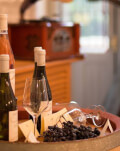 VIP wine trip si masa gourmet pentru cuplu la un conac boieresc de langa Bucuresti, cu transport de lux inclus
