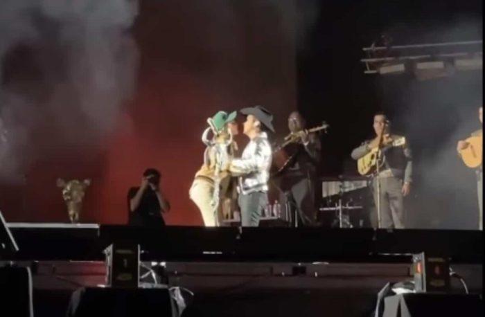 Belinda se sube al escenario
