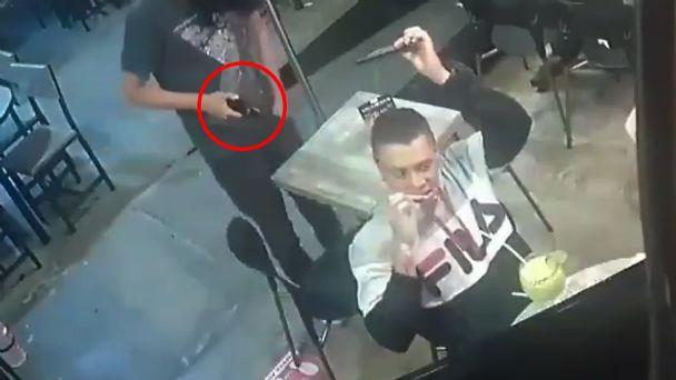 Hombre no deja de comer alitas, mientras es asaltado - Exa FM