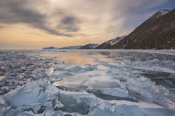 Поход по льду Байкала на коньках в тёплых палатках - Awayza