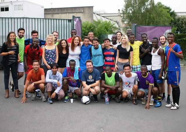 Joueurs de foot et supportrices rassemblés par Singa / © Thomas MASSON