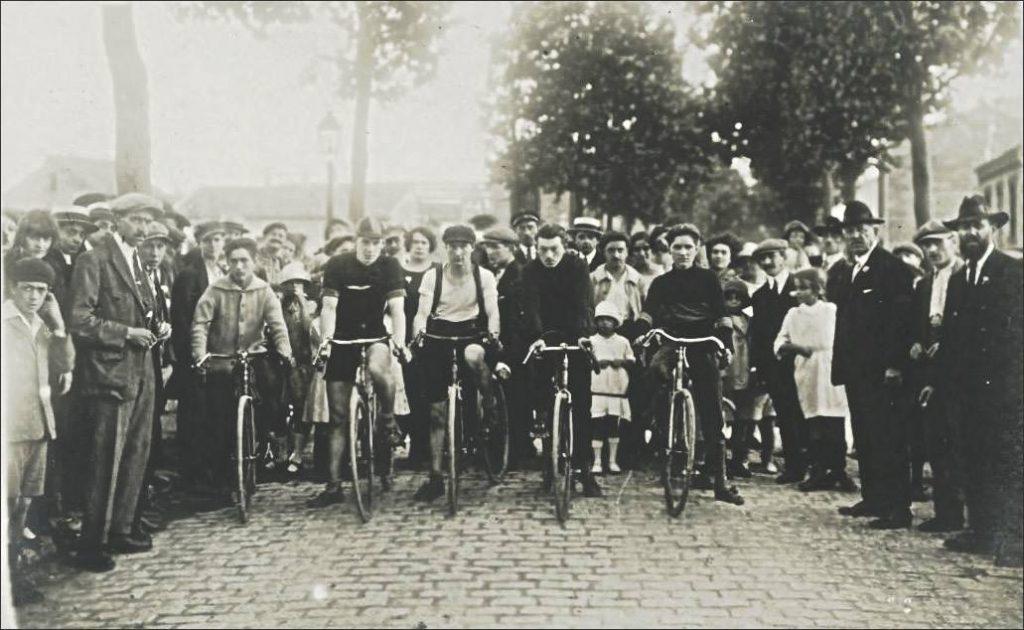 Bobigny, années 1920 : départ d'une course cycliste sous l'égide de la municipalité communiste / DR