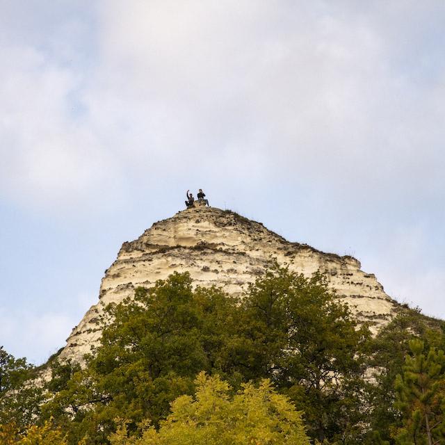 L'une des falaises calcaires sur la route entre La Roche-Guyon et Vétheuil / © Jérômine Derigny pour Enlarge your Paris