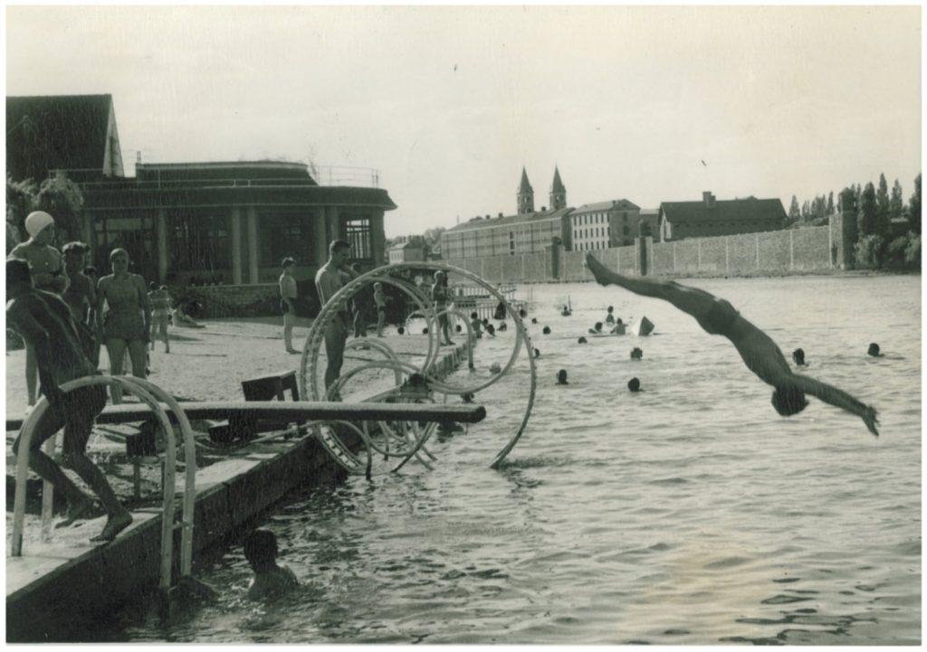 Plage de Melun avec en fond l'île Saint-Etienne en 1950 / © Archives municipales de Melun