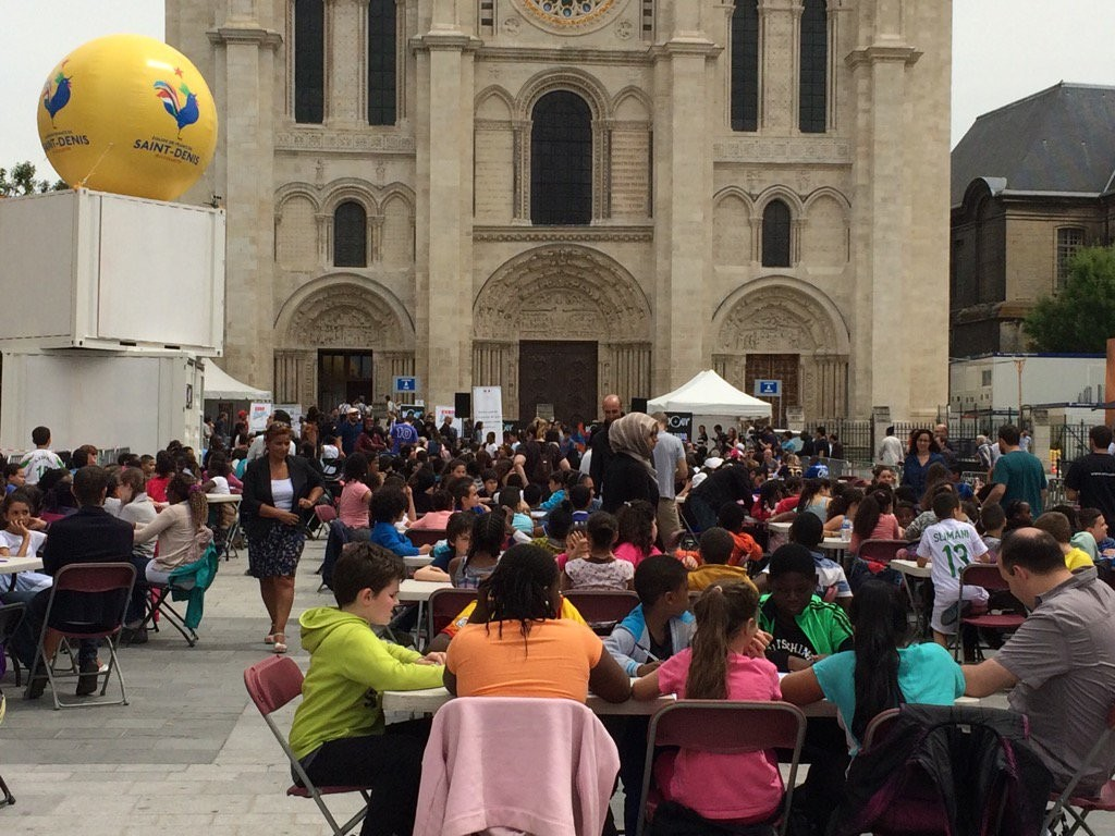 Finale de l'Eurodictée place de la basilique Saint-Denis / © Sylvia Zappi