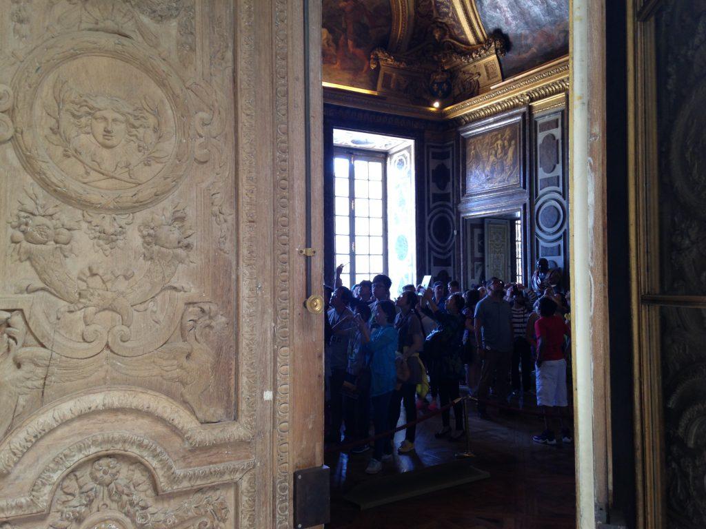 La foule visitant les grands appartements à Versailles /  © Steve Stillman