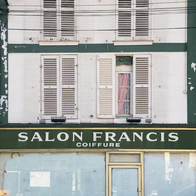 Ancien commerce à Hardricourt dans les Yvelines / © Jérômine Derigny pour Enlarge your Paris
