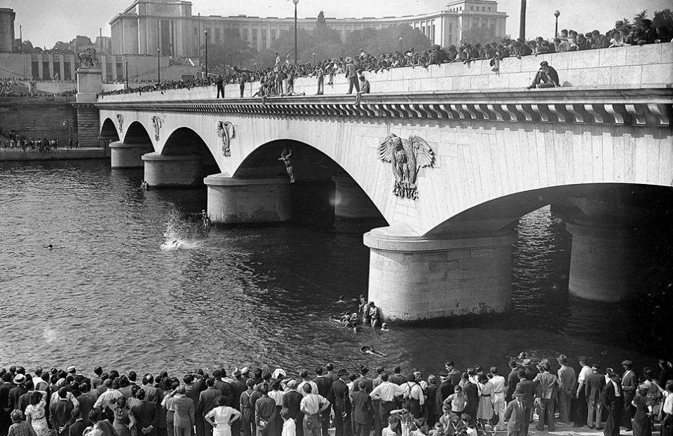 Paris fête la libération au Pont d'Iéna en 1944 / © LAPI / Roger-Viollet