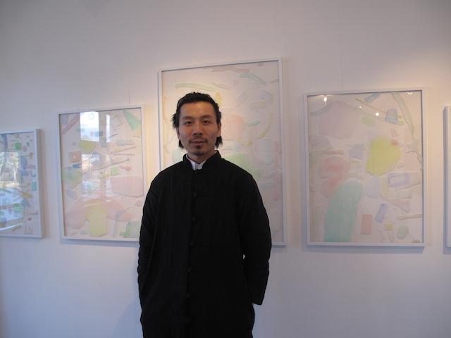 Bao Zhong Cui, commissaire de l'exposition Troposphère au 6b / © Mona Prudhomme