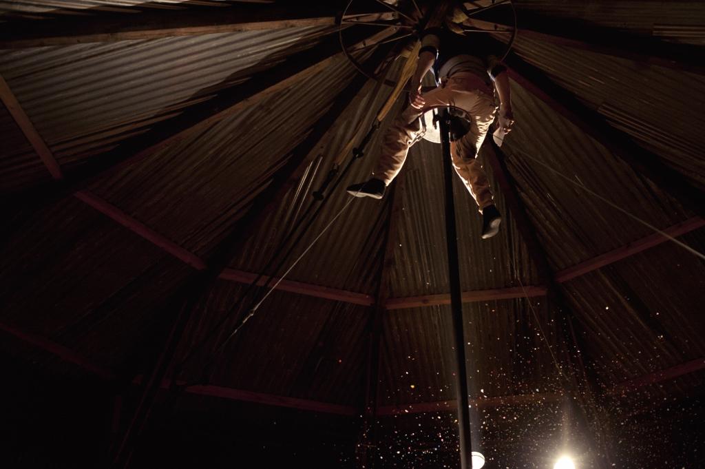 Valia Beauvieux, artiste de cirque, préparant le spectacle d'inauguration © Albertine Guillaume