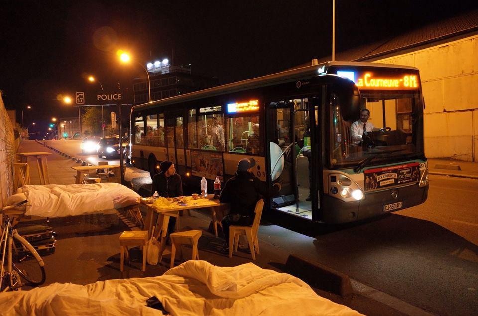 Nuit 16 à La Courneuve (93). Même les chauffeurs de bus s'arrêtent en plein traffic / © Boijeot.Renauld