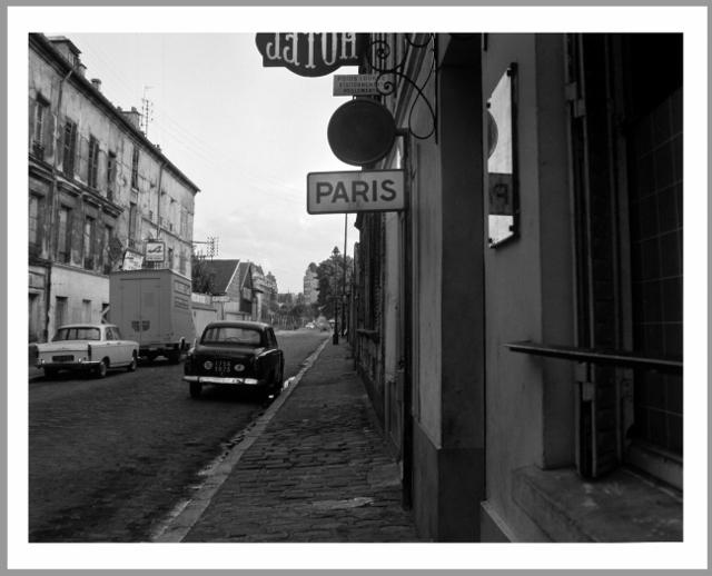 """""""Rue Gabriel Peri, Levallois-Perret / rue Debucourt, Paris 17e"""". Eustachy Kossakowski, 6 mètres avant Paris, 1972. 157 épreuves photographiques 40 x 50 cm sur papier baryté gélatino-argentique, tirées en 2004 au Musée Niépce à partir des négatifs originaux d'Eustachy Kossakowski. Collection Musée Nicéphore Niépce, Ville de Chalon-sur-Saône.  Propriétaire des négatifs et diapositives: Musée d'Art Moderne de Varsovie.  © Anka Ptaszkowska"""