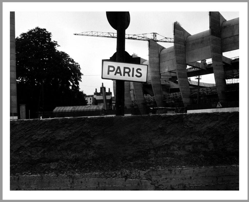 """""""Rue du Velodrome, Boulogne-Billancourt / rue Nugesser et Coli, Paris 16e"""" Eustachy Kossakowski, 6 mètres avant Paris, 1972. 157 épreuves photographiques 40 x 50 cm sur papier baryté gélatino-argentique, tirées en 2004 au Musée Niépce à partir des négatifs originaux d'Eustachy Kossakowski. Collection Musée Nicéphore Niépce, Ville de Chalon-sur-Saône.  Propriétaire des négatifs et diapositives: Musée d'Art Moderne de Varsovie.  © Anka Ptaszkowska"""