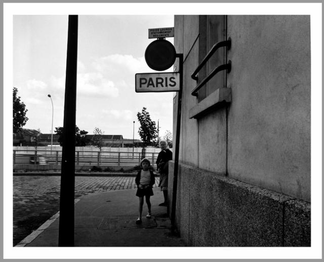 """""""Rue de Cimetières, Clichy / Paris 17e"""". Eustachy Kossakowski, 6 mètres avant Paris, 1972. 157 épreuves photographiques 40 x 50 cm sur papier baryté gélatino-argentique, tirées en 2004 au Musée Niépce à partir des négatifs originaux d'Eustachy Kossakowski. Collection Musée Nicéphore Niépce, Ville de Chalon-sur-Saône.  Propriétaire des négatifs et diapositives: Musée d'Art Moderne de Varsovie.  © Anka Ptaszkowska"""
