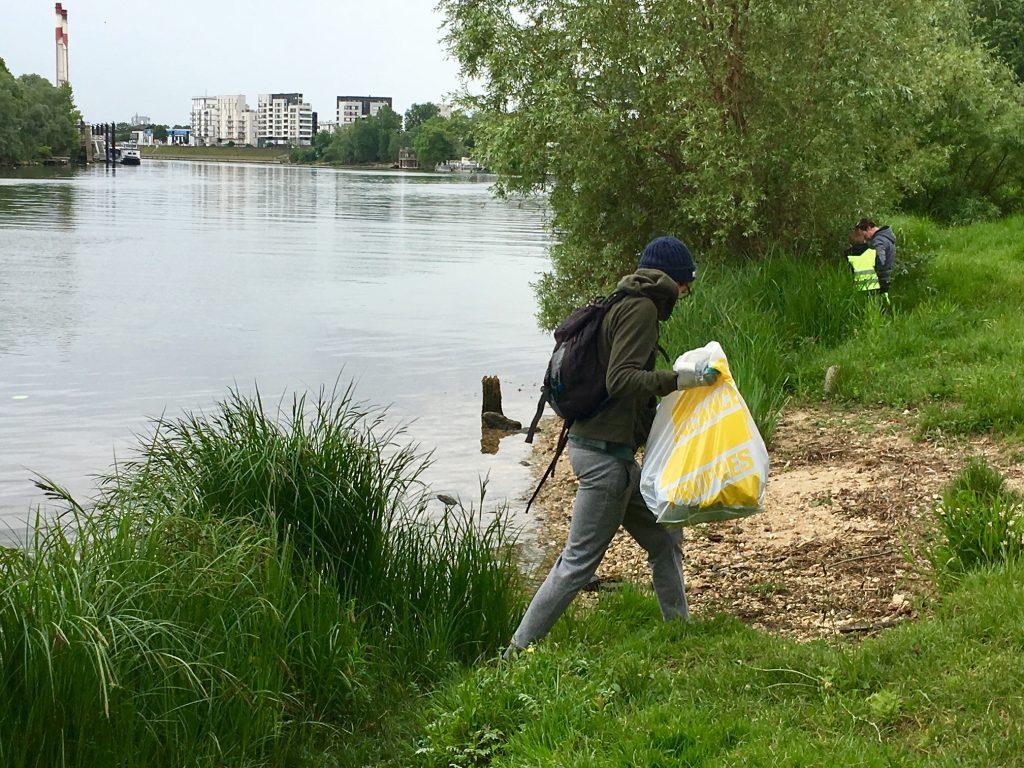 Opération de collecte de déchets sur les bords de Seine avec OSE / @ Julie Gourhant pour Enlarge your Paris