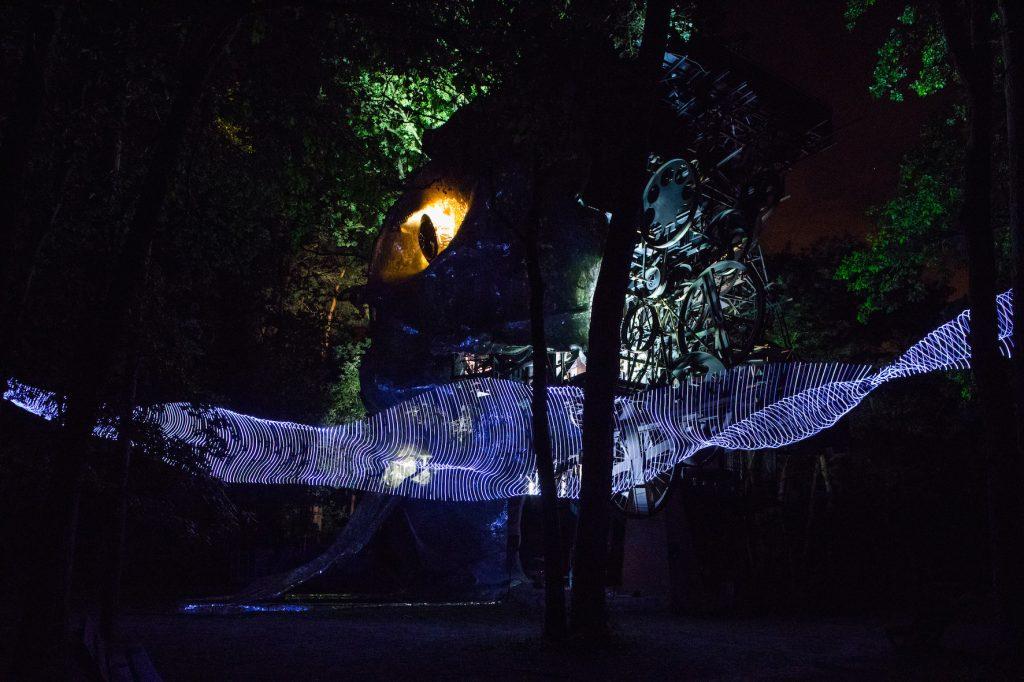Le Cyclop de Jean Tinguely éclairé par l'artiste Caty Olive / © Régis Grman