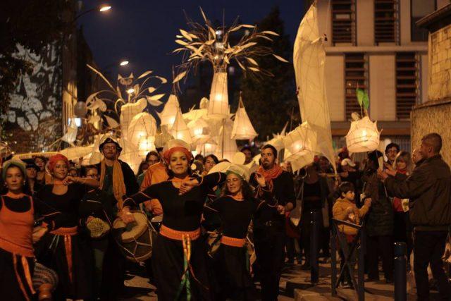 Parade de la compagnie Les Poussières à Aubervilliers / © Les Poussières