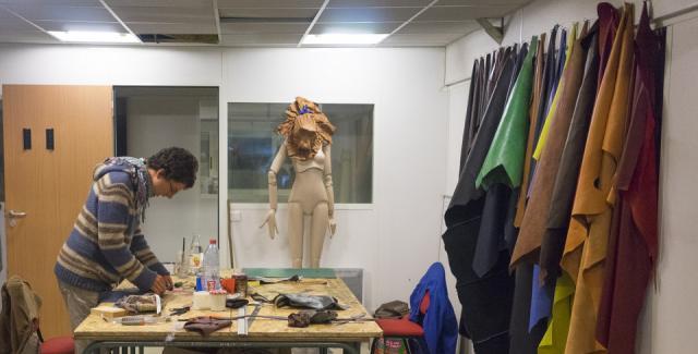 Quentin, artisan maroquinier et fondateur de Q-Tanné / © La Ressourcerie du spectacle