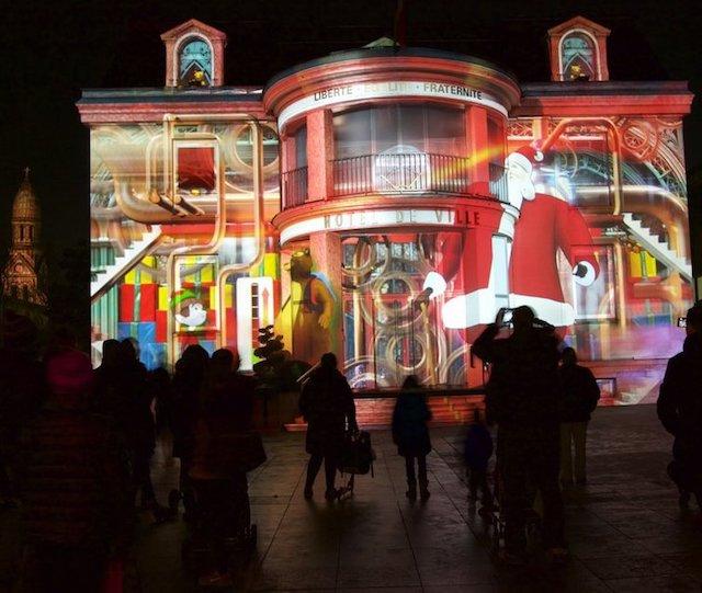 Projections de Noël sur la façade de la mairie à Enghien / © Enghien-les-Bains