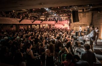 Avec ses 78 tours d'époque, un DJ transforme la Marbrerie en club des années 30