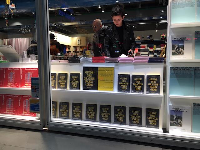 Le Guide des Grands Parisiens en vitrine de la librairie Flammarion à Beaubourg / © Steve Stillman pour Enlarge your Paris